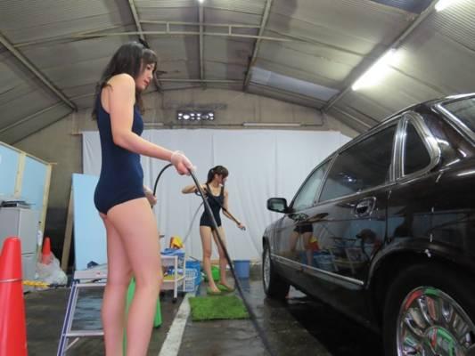 スクール水着で洗車