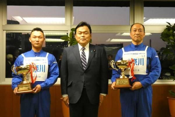 第22回全日本自動車整備技能競技大会 優勝者を大臣が表彰